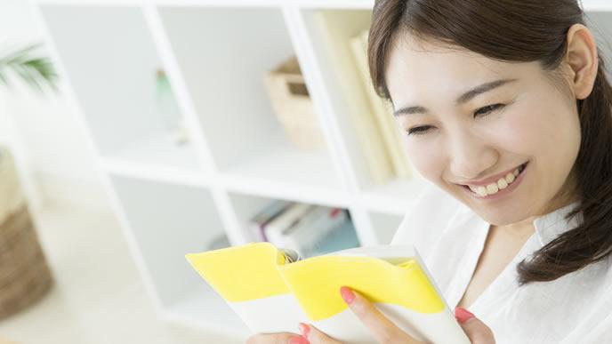 母子手帳の活用方法を模索する女性