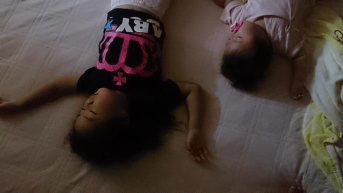 赤ちゃんと一緒のポーズで寝る姉