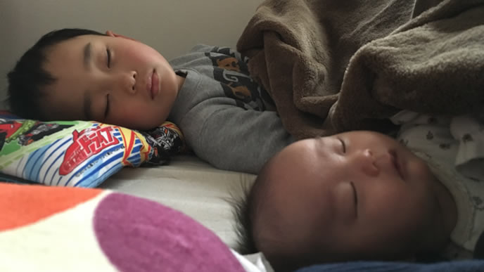 寝顔がそっくりの兄と赤ちゃん