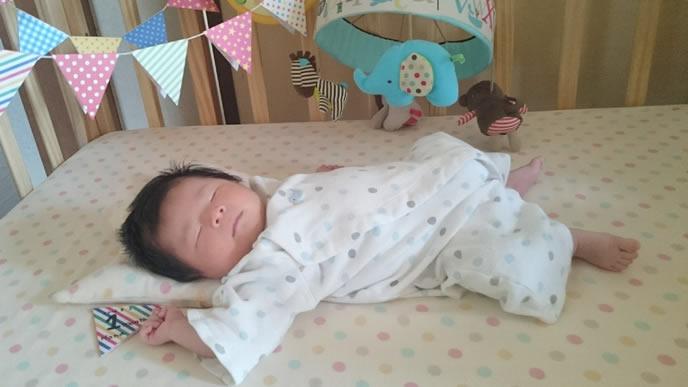 キュートにバンザイ寝する赤ちゃん