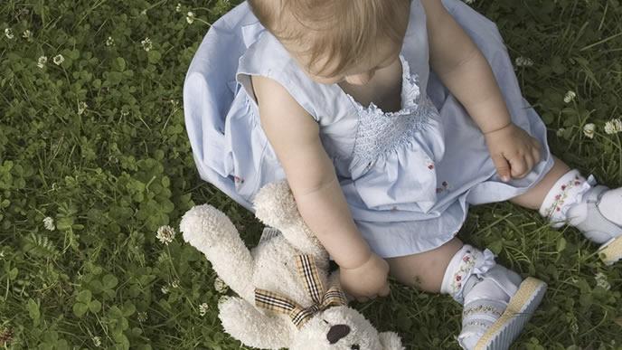 お気に入りのぬいぐるみと遊ぶ赤ちゃん