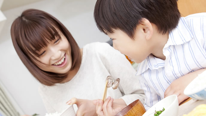 ママと一緒に食事を楽しむ息子