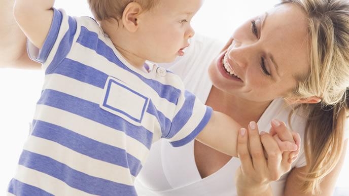 赤ちゃんと体操するママ