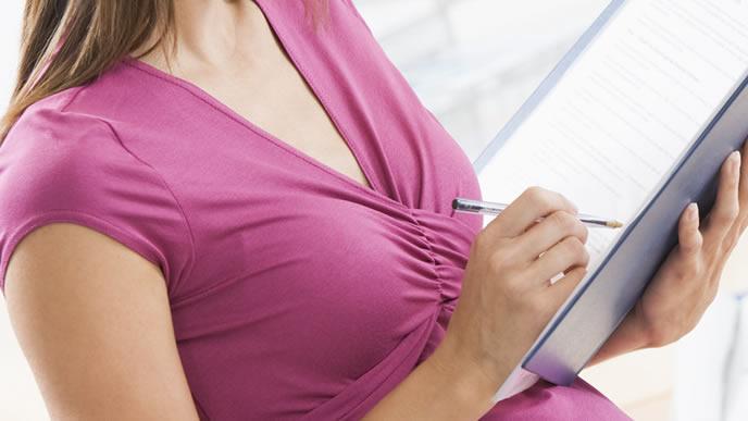 妊婦のシートベルト着用義務を調べるママ