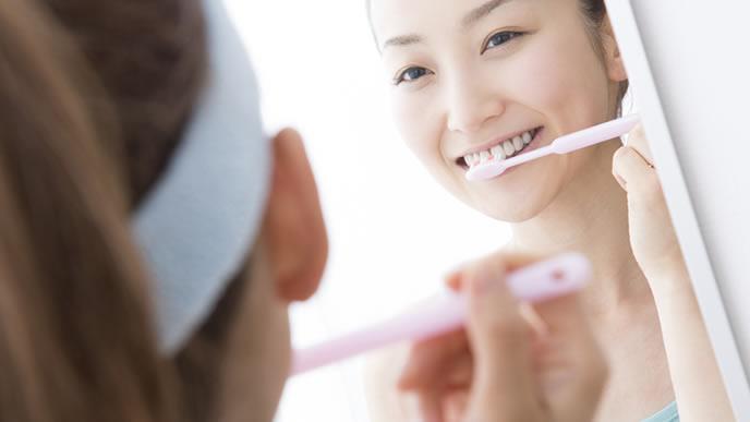 毎日欠かさず歯磨きをする女性