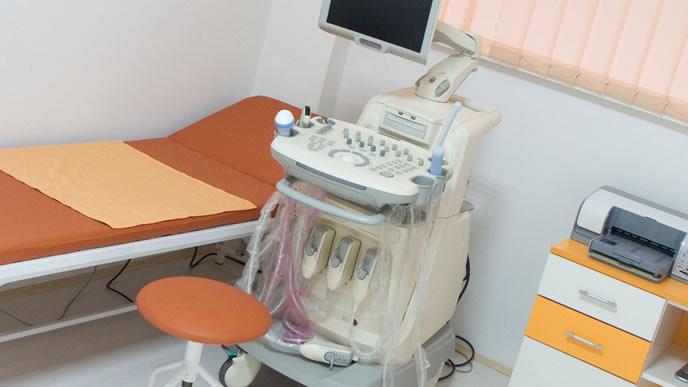 妊婦が健診を受ける検査台