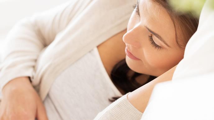 お昼寝で寝不足を解消する妊婦