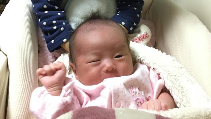 生まれた赤ちゃんをなでる姉