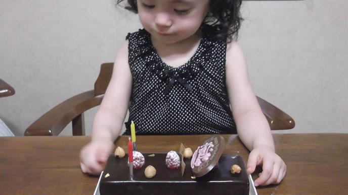 誕生日ケーキを食べたくてたまらない女の子