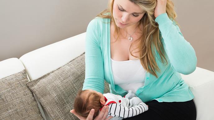 赤ちゃんのアトピーに悩むママ