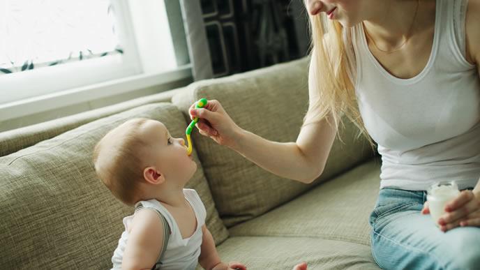 ママからの離乳食を上手に食べる赤ちゃん