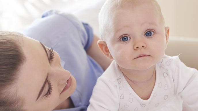 赤ちゃんにストレスがないか確かめるママ