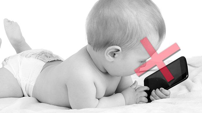 スマホを赤ちゃんに預けるのは良くない