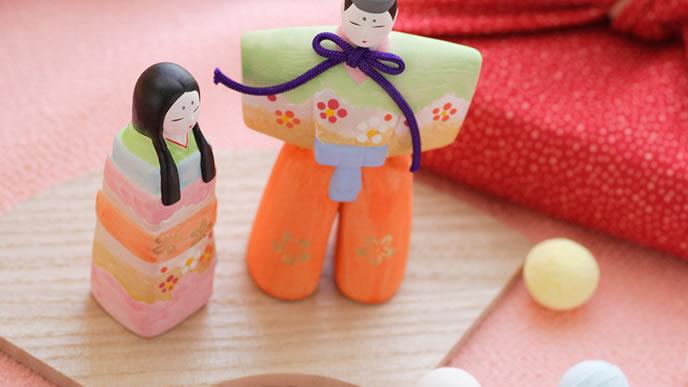 可愛らしい雛人形と雛あられ