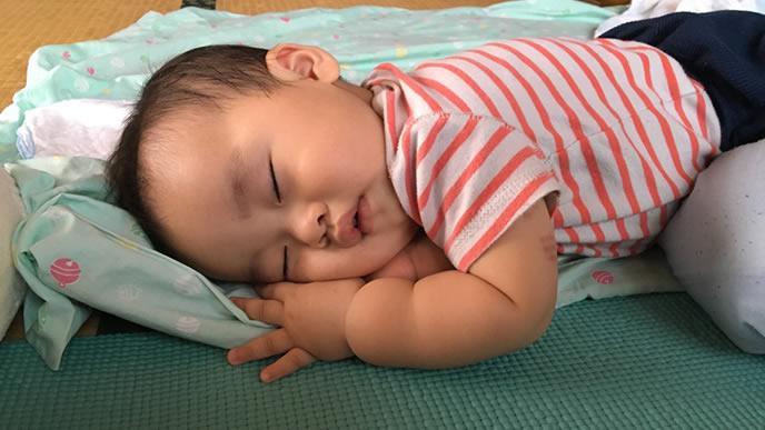 お昼寝するむちむちの赤ちゃん