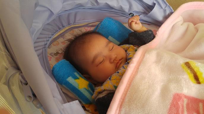 手を握りバウンサーで眠る赤ちゃん