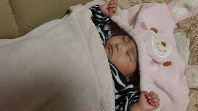 ウサギの毛布に包まる赤ちゃん