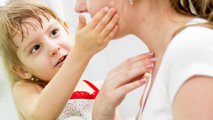 ママにも保湿剤を塗ってあげる優しい女の子