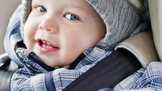 チャイルドシートに乗り笑顔になる赤ちゃん