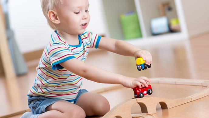 電車のおもちゃで遊ぶ赤ちゃん