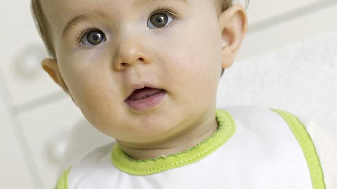 お気に入りのスタイで離乳食を食べる赤ちゃん