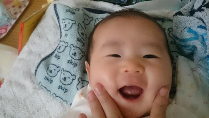 満面の笑顔でママにアピールする赤ちゃん