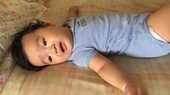 泣き笑いの微妙な表情になる赤ちゃん
