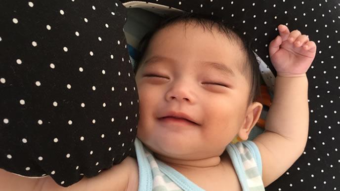 笑顔で熟睡する赤ちゃん
