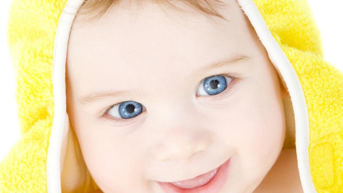 黄色の毛布の中が嬉しい赤ちゃん