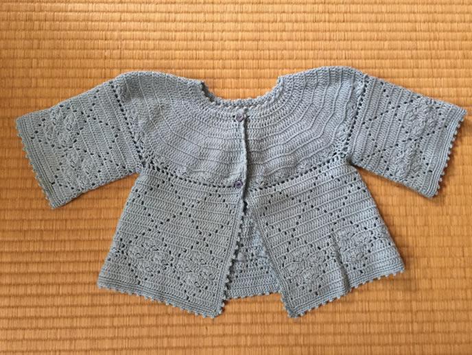 毛糸で作られた暖かいカーディガン