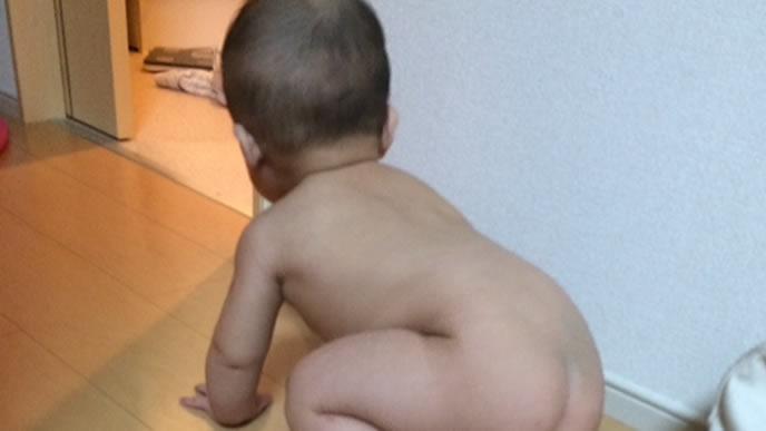 ダッシュでお風呂場に向かう赤ちゃん