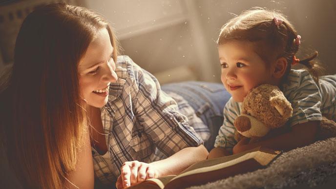 子供の様子を見ながら絵本を読み聞かせてあげること