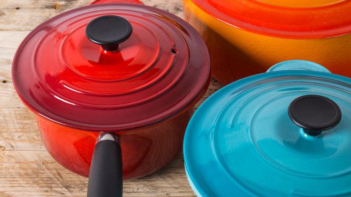 哺乳瓶を大きめの鍋で煮沸消毒する