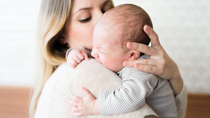 寝ぐずりする赤ちゃんは抱っこして安心させよう