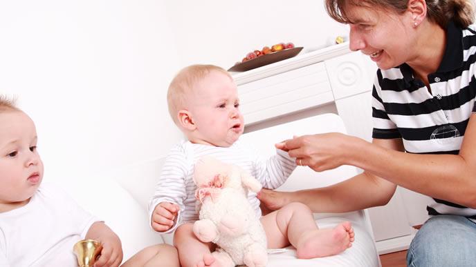 双子の赤ちゃんにも冷静に対処するママ