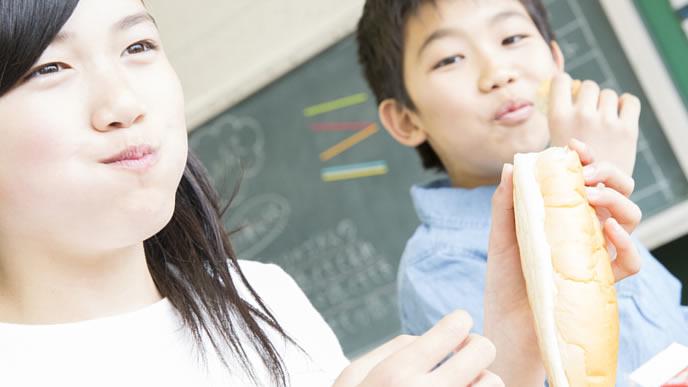 給食の時間を楽しむ小学生