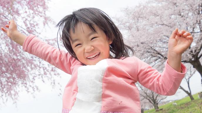 入学式を迎えた小学生の女の子