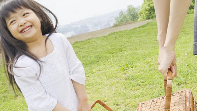 娘とピクニックを楽しむママ