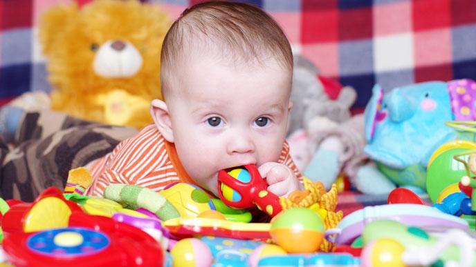 おもちゃで赤ちゃんのご機嫌を取る