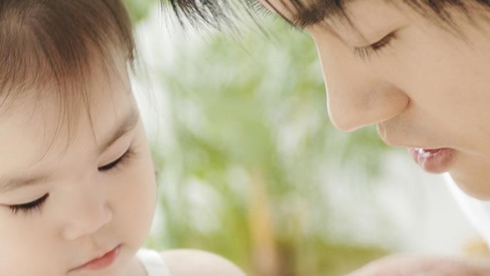 赤ちゃんのお世話をする育児休業中のパパ