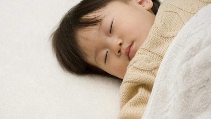 遊び疲れて眠る赤ちゃん