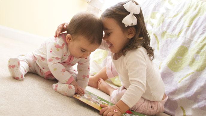 赤ちゃんと遊ぶ女の子