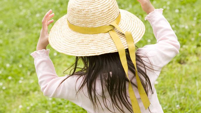 麦わら帽子で散歩する女の子