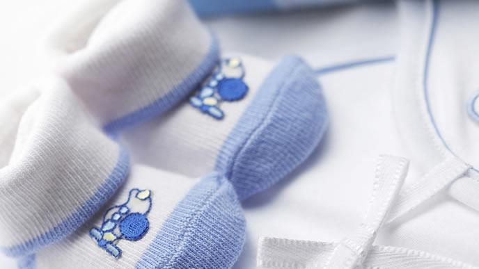 新生児用に用意された服と靴