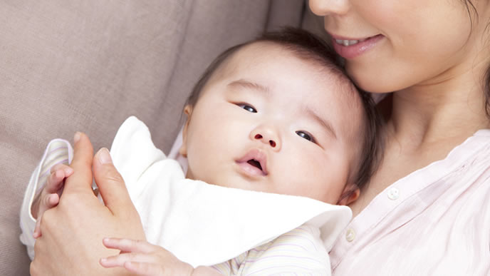 喘息の赤ちゃんをあやすママ