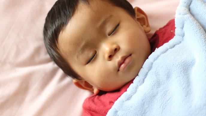 綺麗に洗濯された毛布で寝る赤ちゃん