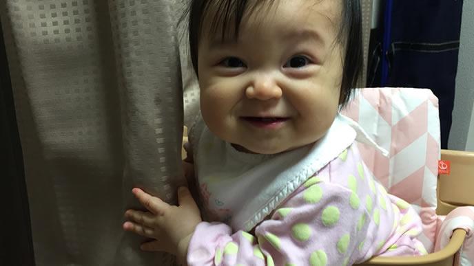 カメラ目線の陽気な赤ちゃん