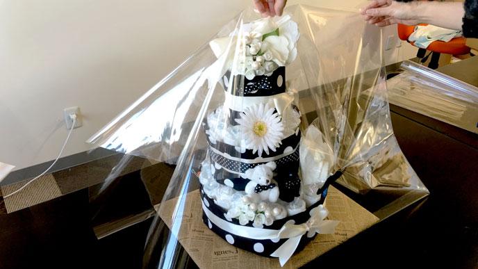 セロファンの下をおむつケーキ台紙に固定する