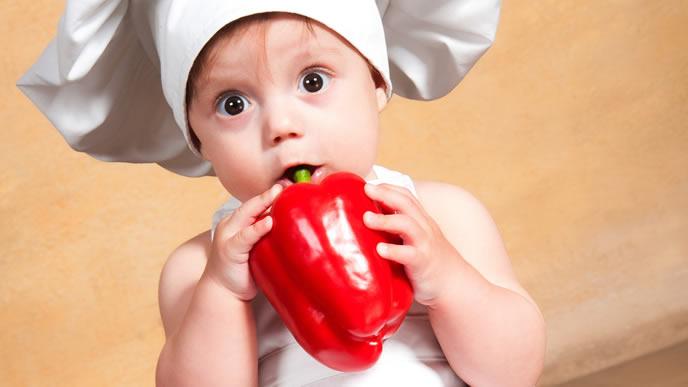 大好きなパプリカを食べる赤ちゃん