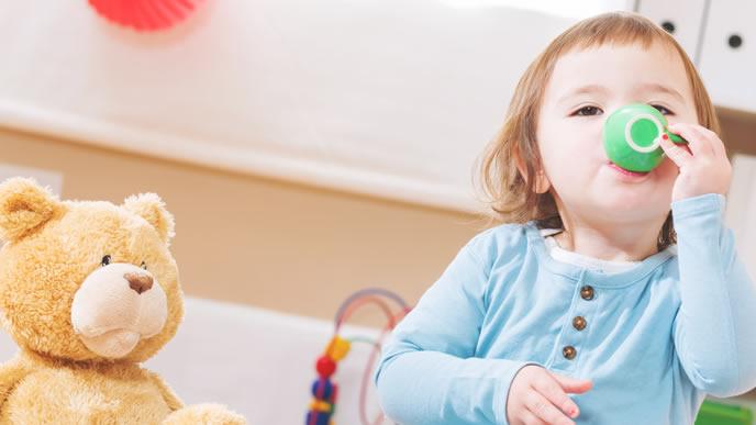 アレルゲンを特定し安心して食事を楽しむ赤ちゃん